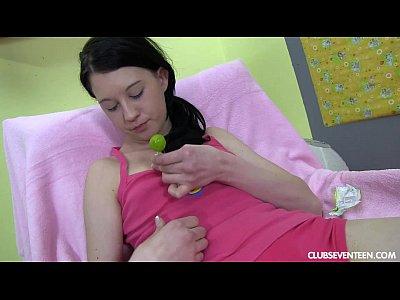 Morena adolescente juega con lollipop