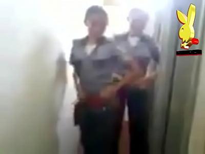 Sin tangas mujeres policias uniformadas y echando desmadre mostrando tanga