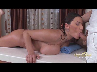 Masseur fickt heiße MILF mit dicken Titten hart durch (14 min)