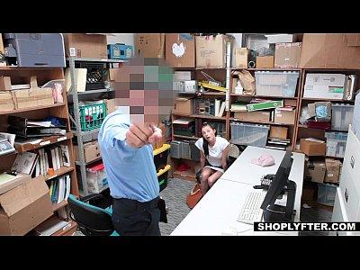 Shoplyfter - adolescente se folla a un policía para salir del apuro