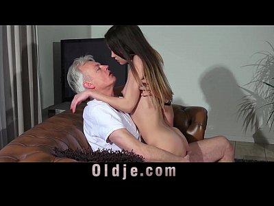 Abuelo polla coño adolescente piercing en la lengua, corrida