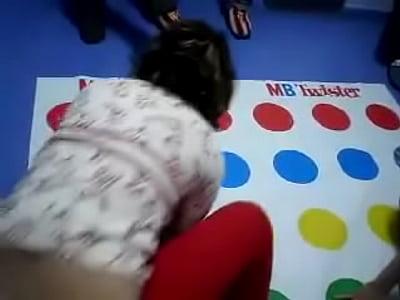 Tangas hilo chica muestra su tanga jugando twister
