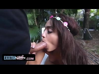 exxxtrasmall - árbol abrazando adolescente se folla a un leñador