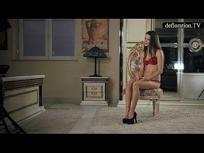La desfloración - ellen habla de la virginidad y juega con su coño