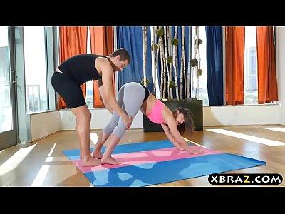Cogiendo con su instructor de yoga
