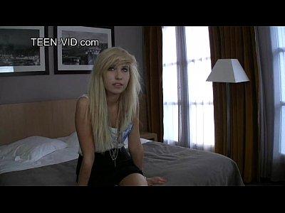 rubia emo adolescente muestra su coño