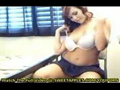 novinha da buceta depilada se exibiu na webcam fez striptease e tocou siririca nesse video porno que caiu na net