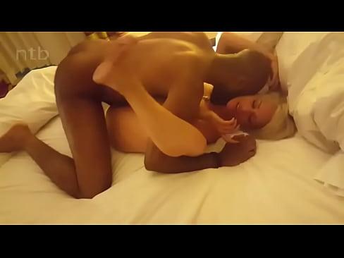 Cornão filmando a sua esposa dando pro negão