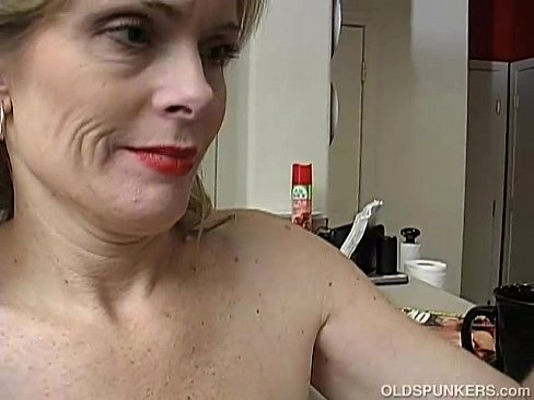 Mature lady masturbate