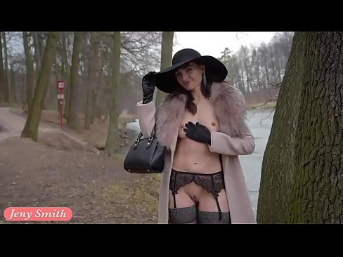 Полуголая брюнетка гуляет по осеннему парку