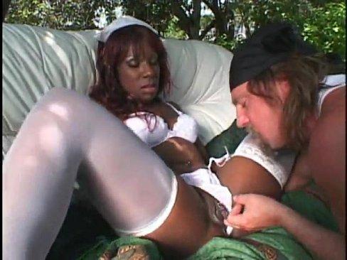 Белый чувак на открытом воздухе трахает медсестру шоколадку