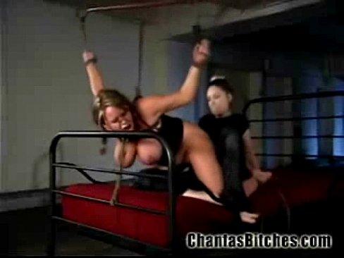 БДСМ Сука лесбиянка пытает  и трахает страпоном покорную рабыню
