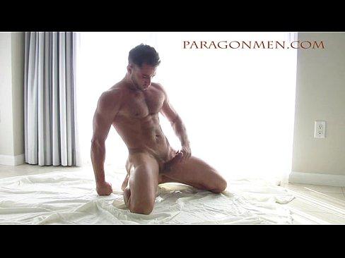 Pelado e mostrando todo o corpo gostoso com o pau ereto