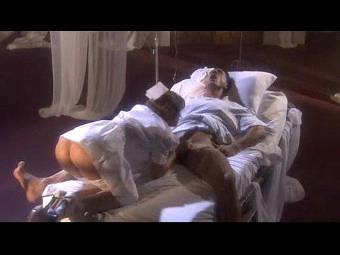 На ночном дежурстве медсестра сосёт член пациента