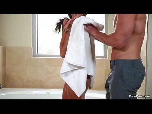 Image bañando a una sexy morena para luego tener sexo