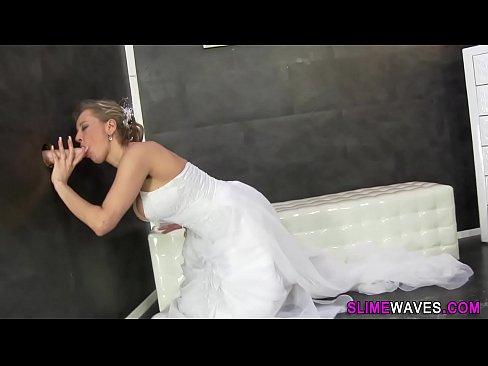 Любопытная зрелая невеста пробует глорихол