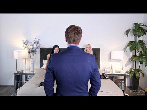 Casal fodendo em frente a corretora de imóveis