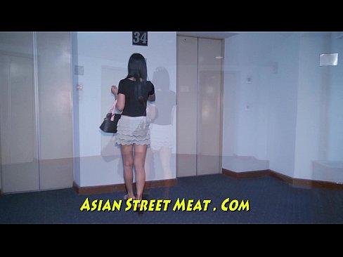 Turista fodendo a putinha tailandesa em várias posições