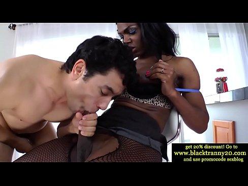 Интересный белый чувак и чёрный транссексуал сосут члены друг друга