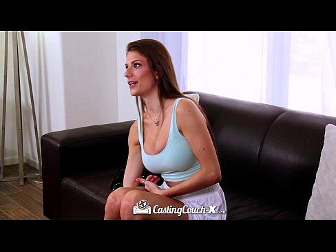 Linda modelo fazendo teste do sofá pela primeira vez