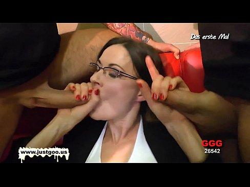 Зрелая немка брюнетка в групповом сексе