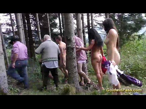 Grupo fazendo orgia no meio da floresta