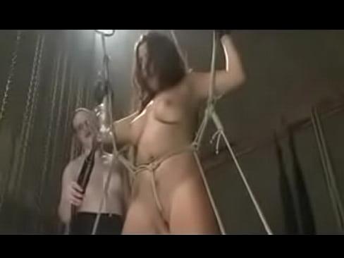 Лесбиянка пытает рабыню в подвале БДСМ