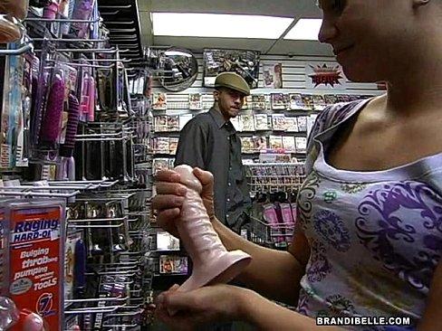 Amadora passeando pelo sex shop