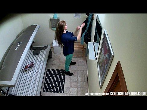 Morena Safada esfregando a buceta na câmera de bronzeamento